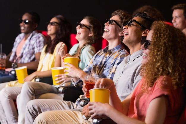Giovani amici guardando un film in 3d