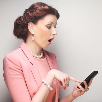 Giovane imprenditrice divertente con cellulare