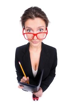 Una giovane segretaria divertente che prende appunti su sfondo bianco