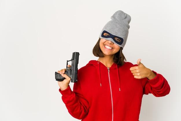 Giovane donna gangster che tiene una pistola