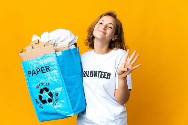 Giovane ragazza georgiana che tiene un sacchetto di riciclaggio pieno di carta da riciclare