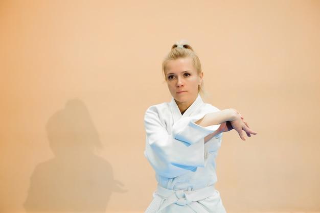 La ragazza si è vestita in hakama che pratica l'aikido.