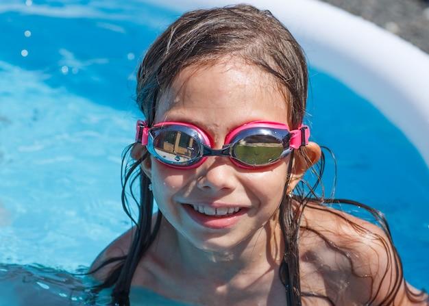 Ragazza che ha buon tempo in piscina.
