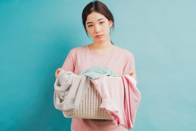Ragazza giovane con cesto di vestiti