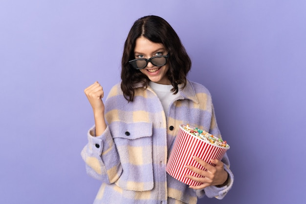 Ragazza giovane azienda ciotola di popcorn