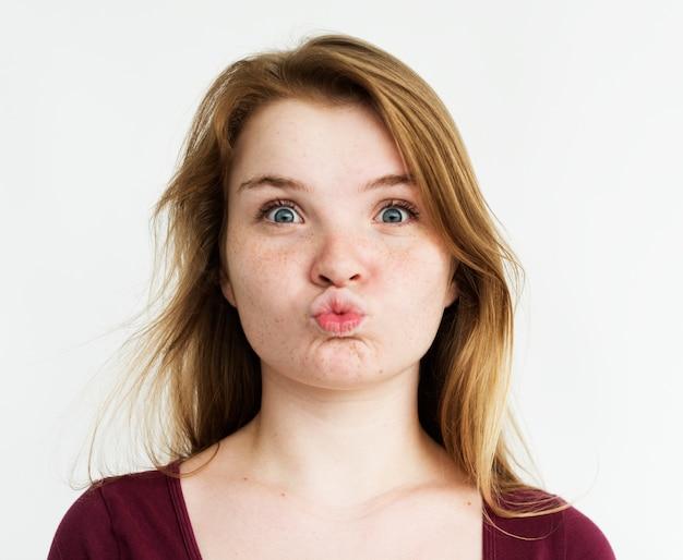 Ritratto dello studio di gesto baciante della ragazza