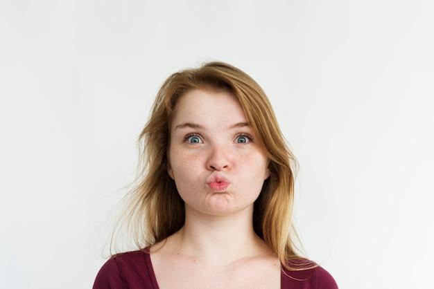 Ragazza che fa il ritratto di gesto di bacio