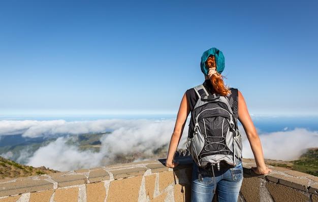 Giovane ragazza in montagna
