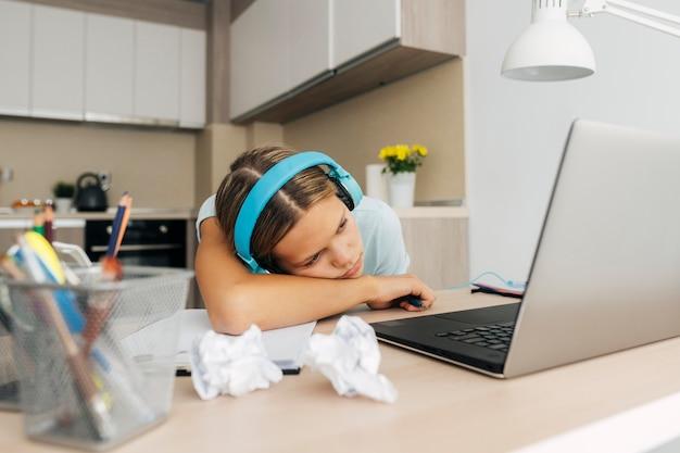Ragazza che presta attenzione alla classe online