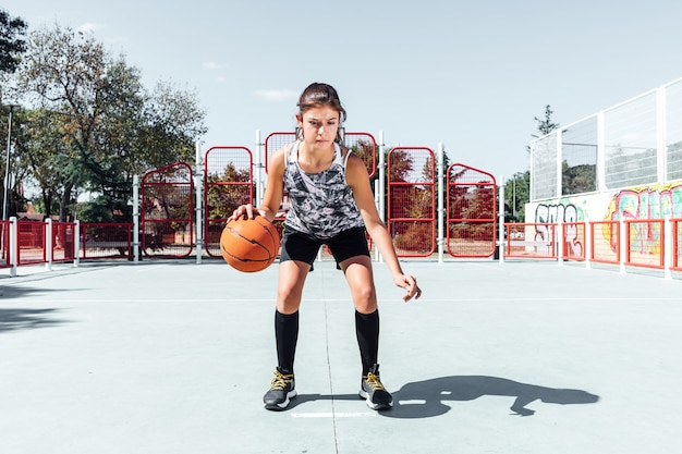 Ragazza che gioca a basket su un campo da basket