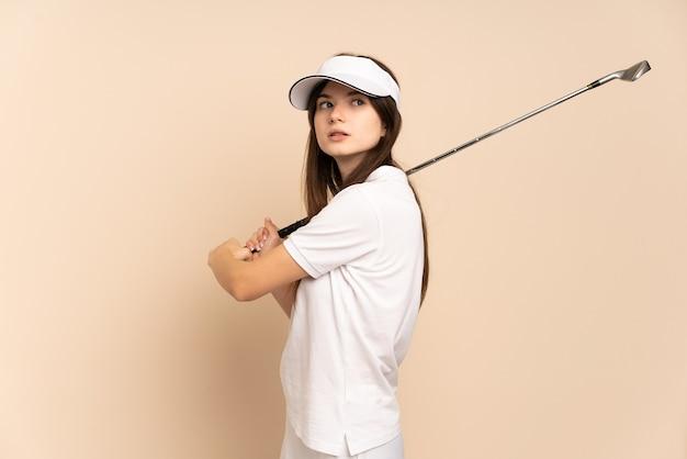 Ragazza che gioca a golf