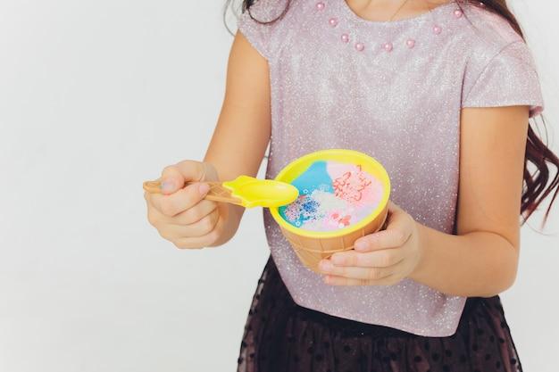 Ragazza che gioca con la melma. isolato su sfondo bianco
