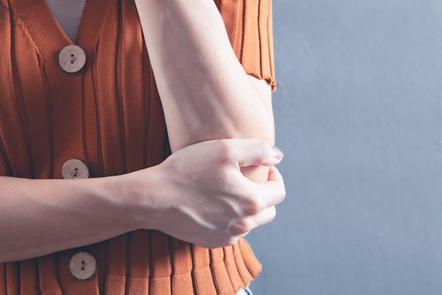 Il braccio di una giovane ragazza fa male