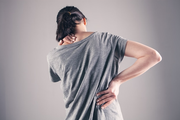 La schiena di una ragazza fa male.