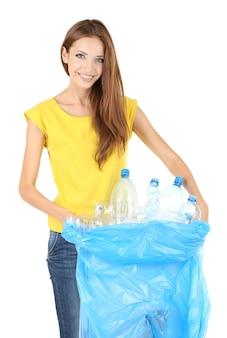 Ragazza che seleziona bottiglie di plastica isolate su white plastic