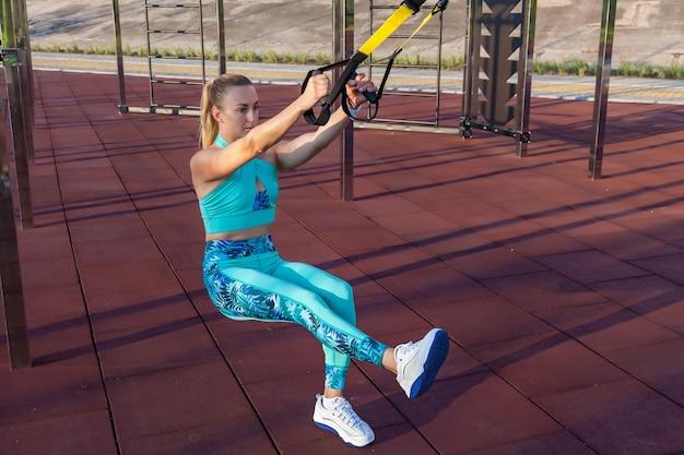 La giovane sportiva della ragazza è impegnata la mattina su un campo sportivo f