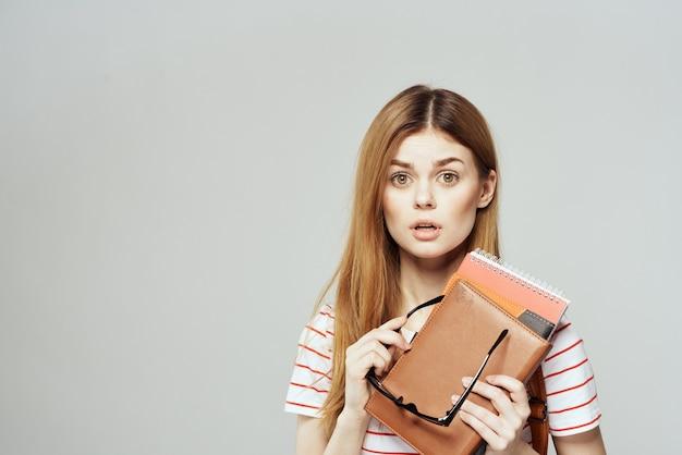 Studentessa con ritratto di libri