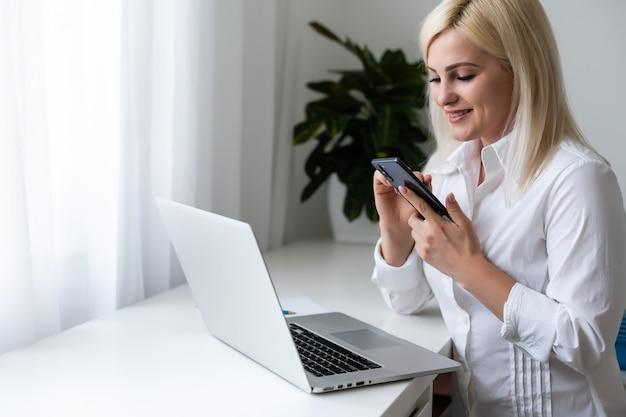 La ragazza pensa all'acquisto tramite internet seduta sul divano