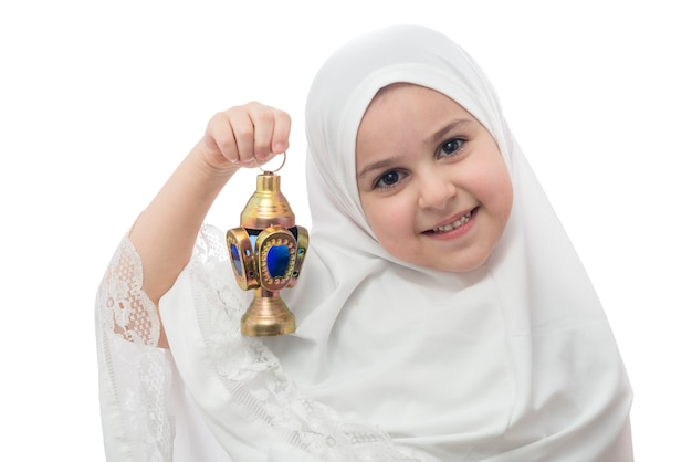 Giovane ragazza in hijab bianco con lanterna ramadan