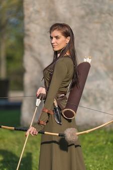 Ragazza giovane con frecce e arco
