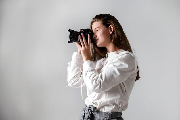 Ragazza con una macchina fotografica
