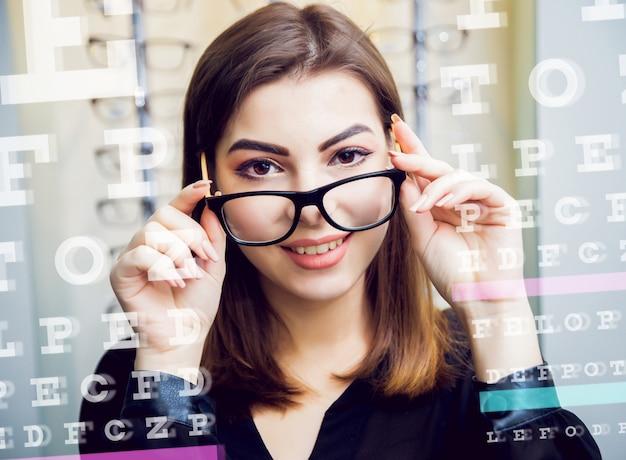 Ragazza con gli occhiali sulla luce