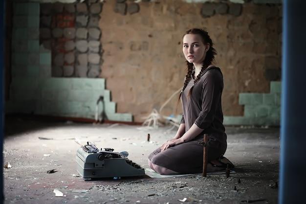 Una giovane ragazza con vecchi libri nella vecchia casa
