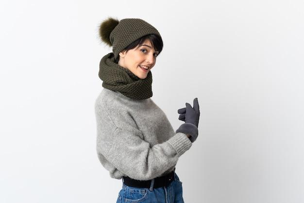 Ragazza giovane con cappello invernale rivolto indietro