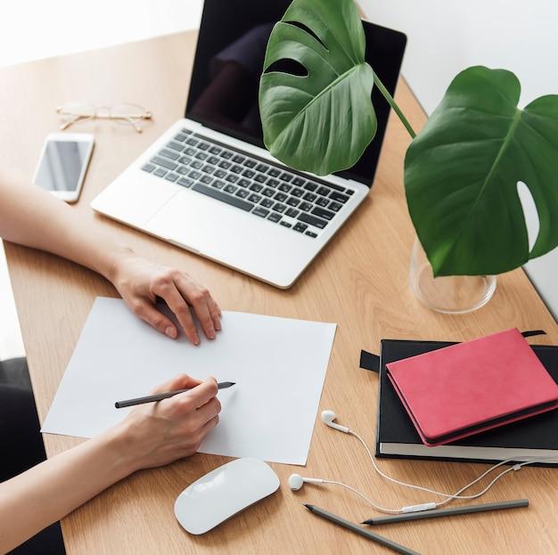 Ragazza che lavora in ufficio a casa al tavolo