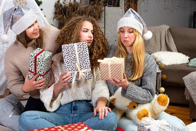 Le ragazze si divertono a confezionare regali a casa