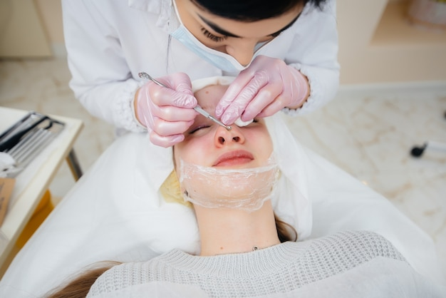 Le ragazze fanno la pulizia meccanica del viso in una moderna clinica di cosmetologia. cosmetologia.
