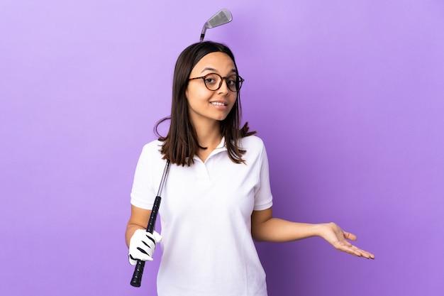 Donna giovane giocatore di golf sul muro colorato felice e sorridente