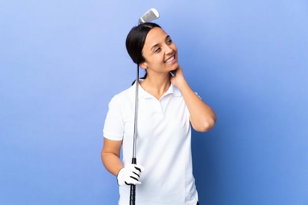Giovane donna del giocatore di golf sopra pensiero variopinto isolato un'idea