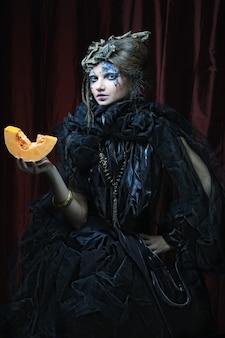 Giovane donna gotica con la zucca