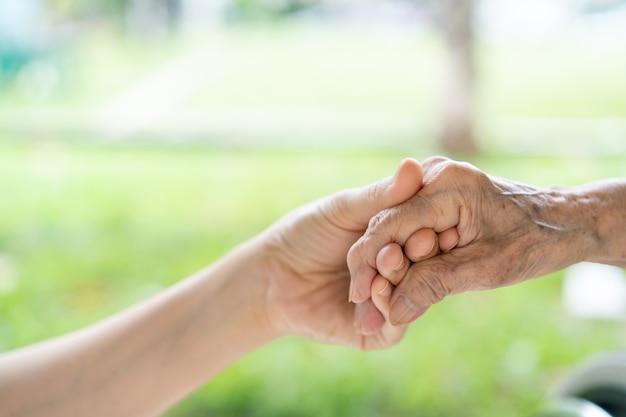 Giovane nipote che si prende cura della nonna con tenera e cura