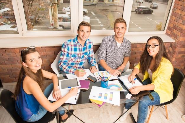 Gruppo di giovani che lavora con un progetto imprenditoriale