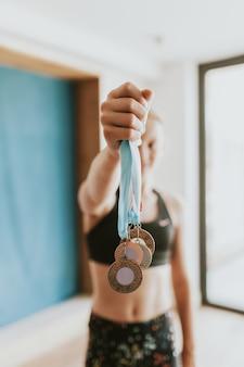 Giovane ginnasta vincitrice con molte medaglie