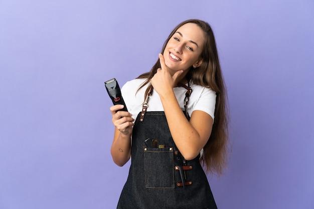 Donna giovane parrucchiere su sfondo isolato felice e sorridente