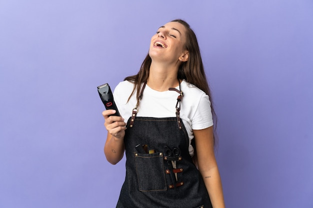 Giovane donna parrucchiere su sfondo isolato ridendo