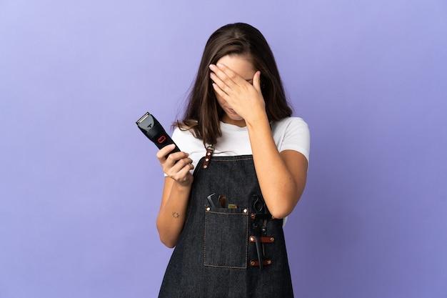 Giovane donna parrucchiere su sfondo isolato con espressione stanca e malata