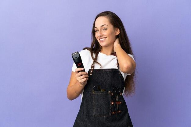 Donna giovane parrucchiere sopra la risata isolata della parete