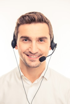 Giovane agente bello che consulta i clienti sul telefono
