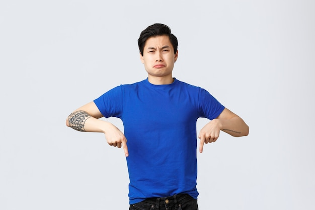 Giovane uomo asiatico bello in una maglietta blu