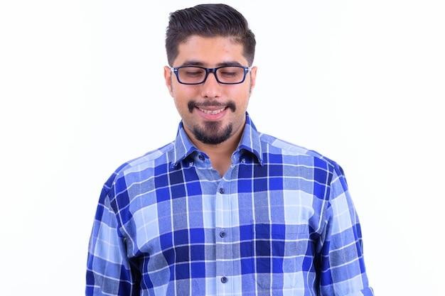 Giovane uomo bello barbuto hipster iraniano con occhiali isolati su bianco