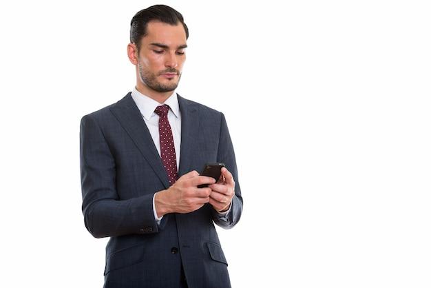 Giovane uomo d'affari bello utilizzando l'arguzia del telefono cellulare