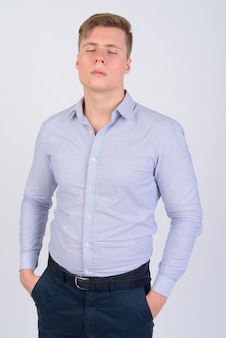 Giovane uomo d'affari bello con i capelli biondi