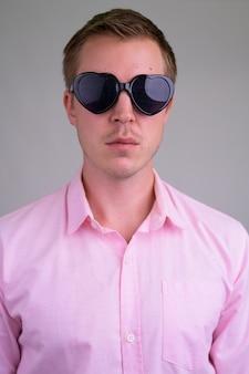 Giovane uomo d'affari bello con la camicia rosa