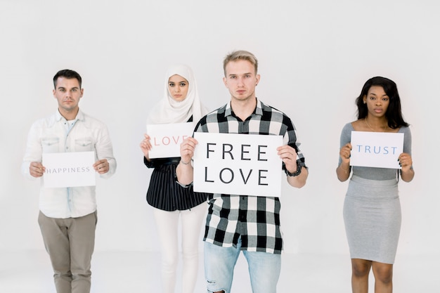 Giovane uomo caucasico bello con poster per i diritti lgbt, amore gratuito