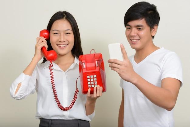 Giovane uomo filippino bello e giovane bella donna asiatica insieme su bianco