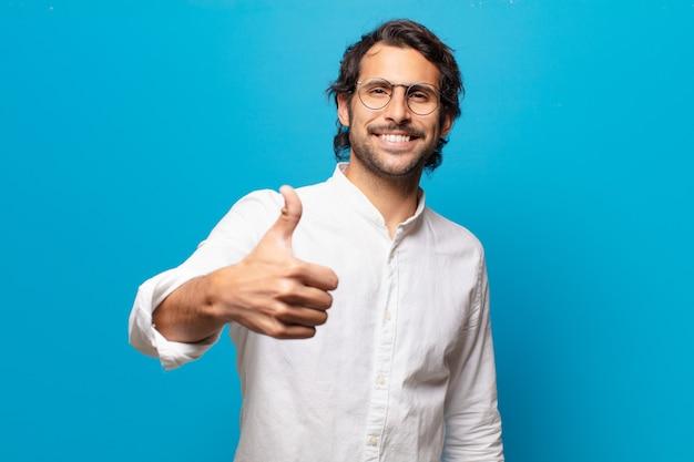 Giovane uomo bello indiano uomo felice e orgoglioso